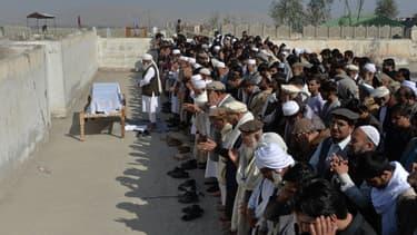 Des proches et des personnes en deuil effectuent des prières funéraires au-dessus du cercueil de l'une des trois travailleuses des médias abattues lors de deux attaques distinctes, à Jalalabad le 3 mars 2021. (Photo d'illustration)