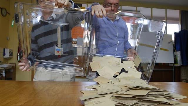 Les députés français ont entamé mardi l'examen, en seconde lecture, du projet de loi qui modifie les modes de scrutins locaux et le calendrier électoral, vivement dénoncé par l'opposition et le Front de gauche. /Photo d'archives/REUTERS/Vincent Kessler
