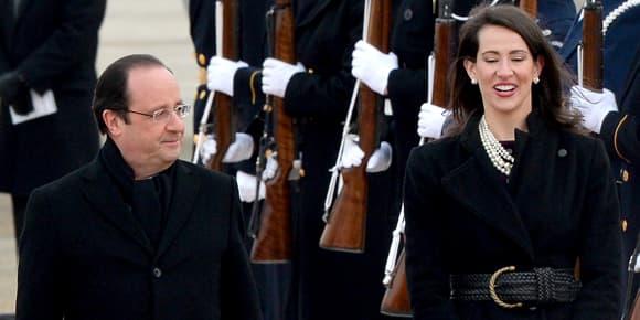 François Hollande à la descente de son avion, lundi, aux côtés de Natalia Jones.