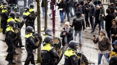 Les policiers face aux manifestants hollandais ce dimanche.
