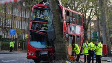 Un bus londonien s'est encastré vendredi matin dans un arbre.