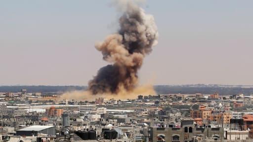 De la fumée s'élève après une attaque israélienne à Rafah, au sud de la bande de Gaza, mardi 8 juillet 2014.
