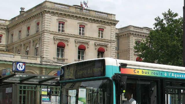 Photo prise en 2007 d'un bus RATP ligne 46 Gare de l'Est, à Paris. (image d'illustration)