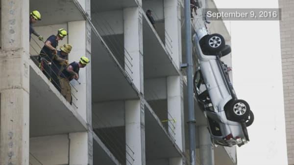 """Le Toyota RAV4 suspendu """"au bord du gouffre"""" d'un parking à Austin, en septembre 2016."""