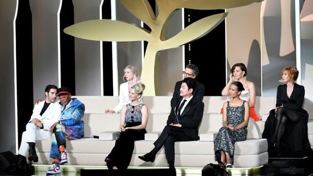 Les membres du jury de la 74e édition du Festival de Cannes, lors de la soirée de remise des Palmes, le 17 juillet 2021 à Cannes