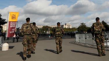 Des militaires de l'opération Sentinelle, au pied de la Tour Eiffel, à Paris