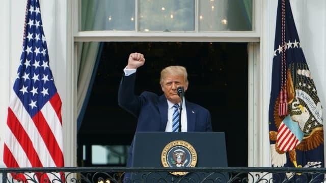 Le président américain Donald Trump salue ses partisans depuis le balcon de la Maison Blanche, le 10 octobre 2020 à Washington