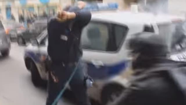 """""""Kung Fu Cop"""" lors de l'attaque de sa voiture de police par des casseurs"""