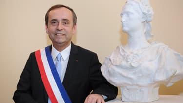Robert Ménard, maire de Béziers, portant l'écharpe.