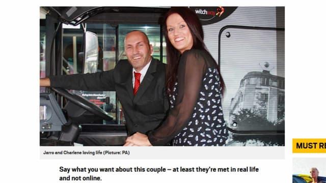 Jarrod Spedding et Charlene Liversidge posent dans le bus de Jarrod.