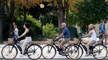Des cyclistes à Paris.