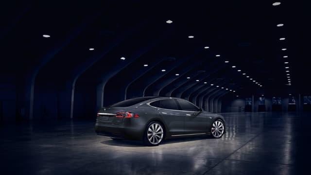 Tesla élargit la gamme de la Model S. Le constructeur se base sur les caractéristiques techniques de la version 75, mais la limite à une puissance plus réduite, afin de baisser les prix donc d'attirer de nouveaux clients.