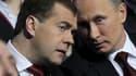 Le président russe Dmitri Medvedev (à gauche) et le Premier ministre Vladimir Poutine au congrès de Russie unie, à Moscou. Vladimir Poutine a accepté la nomination de son parti pour être candidat à la présidentielle qui aura lieu le 4 mars prochain. /Phot