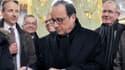 François Hollande signe le livre d'or du château de Chambord.