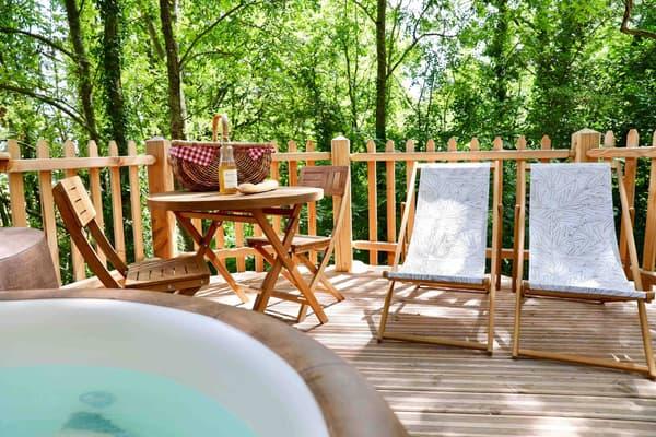 Au Bois-de-Rosoy, les cabanes possèdent un jacuzzi privé en terrasse.