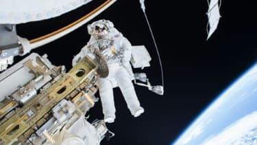 L'astronaute et ingénieur Tim Kopra, en train de travailler sur la station spatiale internationale, dans une photo de la Nasa diffusée le 22 décembre 2015.