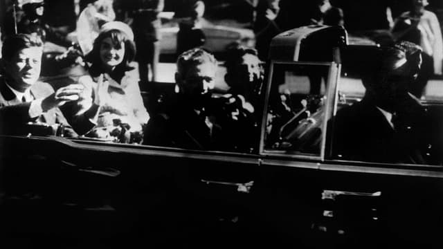 John F. Kennedy et son épouse, Jackie, quelques instants avant son assassinat à Dallas, le 22 novembre 1963.