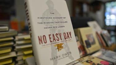 """Le livre """"No Easy Day"""" écrit par un ancien soldat des Navy Seals en vente dans une librairie de Washington, le 4 septembre 2012"""