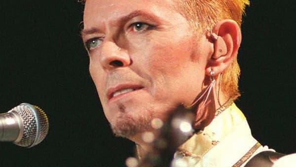 David Bowie en concert le 14 juillet 1997, au Parc des Princes, à Paris.