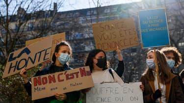 """Des dizaines de personnes ont manifesté ce lundi 1er mars, devant les locaux du Cours Florent à Paris pour dénoncer le """"silence"""" de la prestigieuse école privée de théâtre face à des abus présumés de certains de ses professeurs, ce que conteste l'institution."""