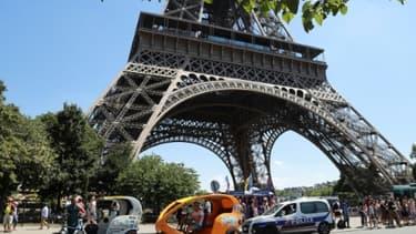 Des vélos-taxis au pied de la Tour Eiffel, le 7 juillet 2017