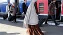 La loi sur l'interdiction du voile intégral est entrée en vigueur lundi. Kenza Drider, qui fut seule femme voilée entendue par la mission parlementaire préparant la loi, a pris le TGV en niqab d'Avignon pour venir à Paris, où elle s'est jointe à une prièr