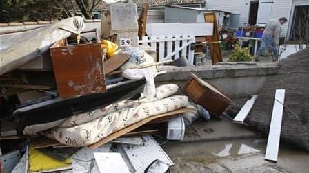 A Chatellaillon, dans le sud-ouest, après le passage de la tempête Xynthia. Des sinistrés et des élus de communes de Charente-Maritime victimes de Xynthia ont menacé mercredi de saisir le tribunal administratif pour obtenir les documents ayant servi à dél