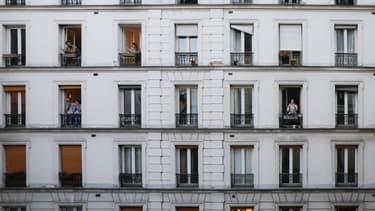 Des Français à leurs fenêtres pour applaudir les soignants en première ligne dans la lutte contre le Covid-19, le 30 mars 2020 (photo d'illustration)
