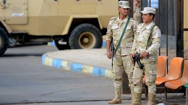 Des soldats de l'armée égyptienne montent la garde devant l'hôpital d'Ismailia où ont été accueillis de nombreuses victimes de l'attentat perpétré contre une mosquée dans le nord du Sinaï, le 24 novembre 2017