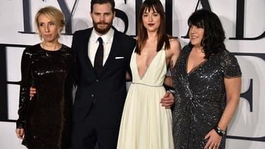 """Les acteurs de """"Cinquante nuances de Grey"""", Jamie Dornan et Dakota Johnson, entourés à gauche de la réalisatrice Sam Taylor-Johnson et de l'auteur E. L. James."""