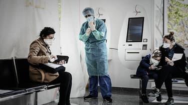 Des personnes en attente d'être testées à Paris, le 27 mars 2020.