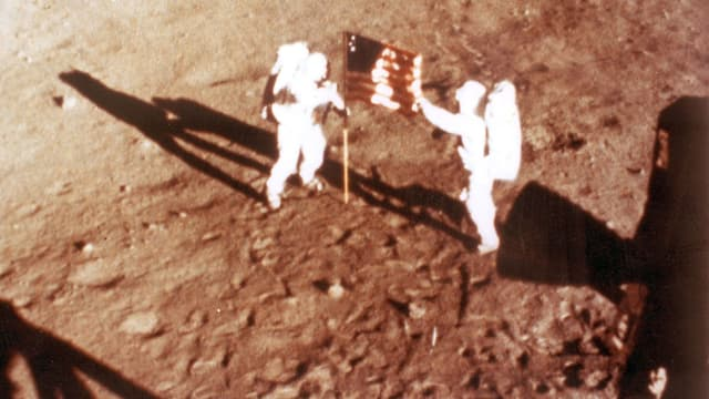Neil Armstrong et Buzz Aldrin plantent le drapeau américain sur le sol lunaire, le 20 juillet 1969.