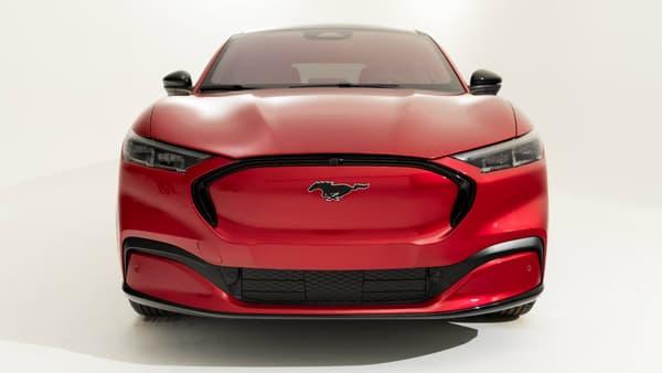 Le Mustang Mach-E ne porte pas de badge Ford, uniquement des badges Mustang pour l'inscrire dans la tradition, dans l'esprit de l'icone américaine.