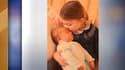 La princesse Charlotte embrasse son petit frère sur le front.