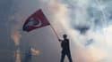 Un manifestant en Turquie, contre le Premier ministre, le 1er juin.