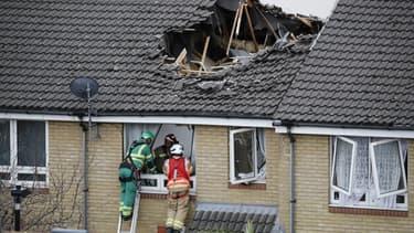 Des pompiers en pleine intervention après l'effondrement d'une grue ce mercredi à Londres.