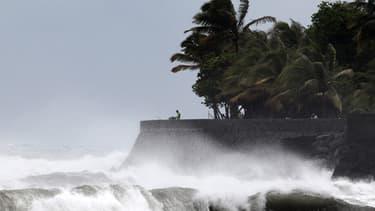 A Saint-Denis de la Réunion, des vagues de plusieurs mètres de haut s'abattent déjà sur les plages.