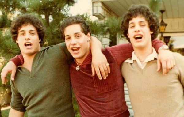 """Le documentaire """"Three Identical Strangers"""" retrace la vie de Bobby Shafran, Eddy Galland et David Kellman, trois frères américains séparés à la naissance."""