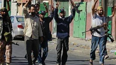 """Les rebelles libyens célèbrent la prise de contrôle de la ville de Zaouïah. Mouammar Kadhafi a appelé lundi les Libyens à libérer leur pays """"des traîtres et de l'Otan"""" au lendemain de la prise de cette ville stratégique, un des derniers liens entre Tripol"""