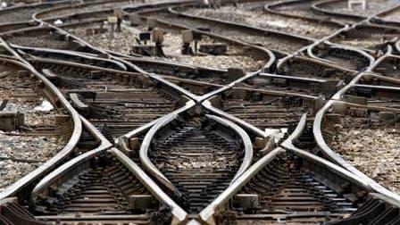 Le trafic à la SNCF est légèrement perturbé ce vendredi matin, la CGT et Sud-Rail ayant appelé les cheminots à poursuivre le mouvement entamé mardi soir. /Photo prise le 7 avril 2010/REUTERS/Jean-Paul Pélissier