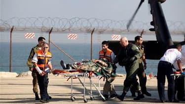Militant propalestinien évacué vers un hôpital de Haïfa. Des commandos de la marine israélienne ont pris d'assaut lundi matin la flottille transportant de l'aide humanitaire à destination de la bande de Gaza, faisant plus de dix morts dans les rangs des m