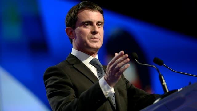 """Manuel Valls reconnait """"l'erreur"""" d'avoir privilégié le diesel."""