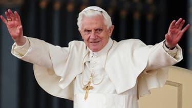 """Un an après sa renonciation, l'ex-pape Benoît XVI """"ne vit pas isolé"""""""
