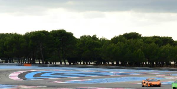 Les deux supercars sur le tracé très coloré du circuit du Castellet