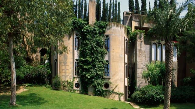 Un architecte a créé sa maison dans une ancienne cimenterie en Espagne.
