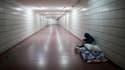 Un sans-abri dans un couloir du métro.