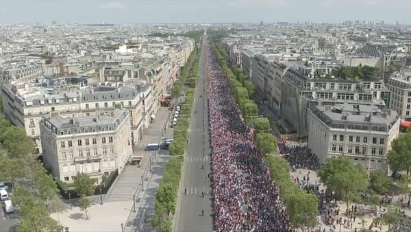 L'impressionnante liesse populaire présente sur les Champs-Elysées ce lundi après midi, deux heures avant la remontée des Bleus.