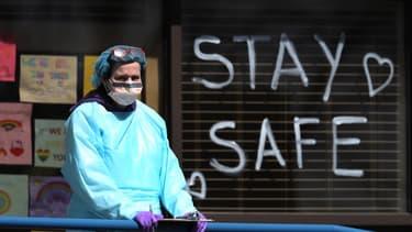 Une soignante à New York, épicentre de l'épidémie aux États-Unis, le 6 avril 2020.