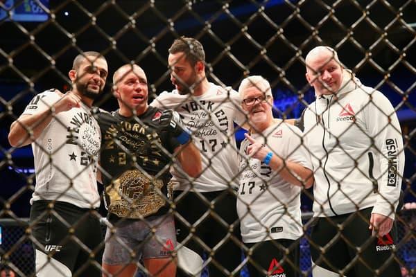 Georges St-Pierre (deuxième en partant de la gauche) entouré par son équipe après avoir remporté le titre des moyens de l'UFC en novembre 2017