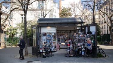 Un kiosque à journaux à Paris - photographie d'illustration
